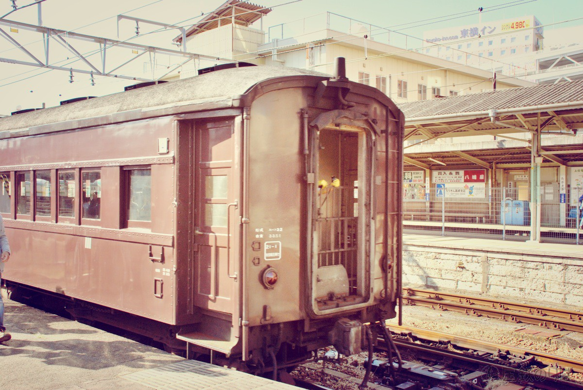スハフ32-2357を先頭に高崎駅に入線。