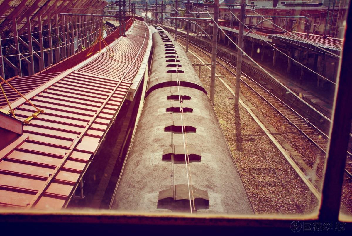 水上駅跨線橋から旧型客車を眺める。