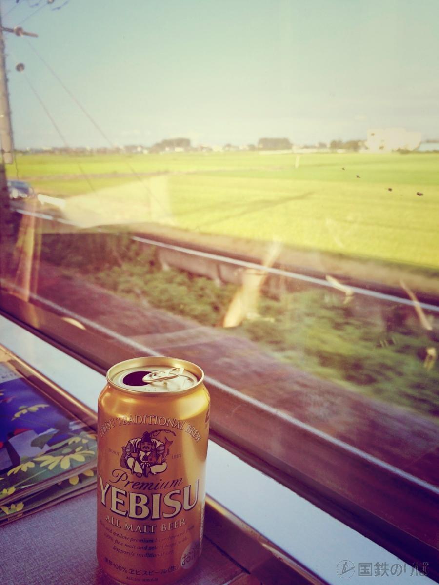 夜行列車で、夕暮れ前の車窓の外の景色を楽しみながらの一杯。至福の時