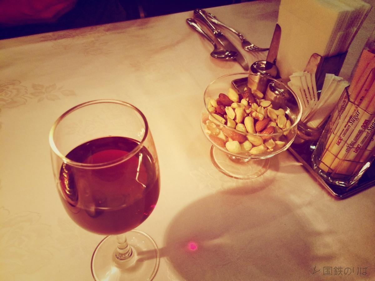 まずはグラスワインから。おつまみにミックスナッツ。