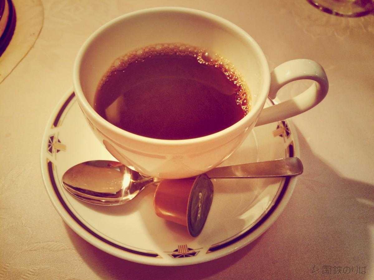 食後は優雅にコーヒー。