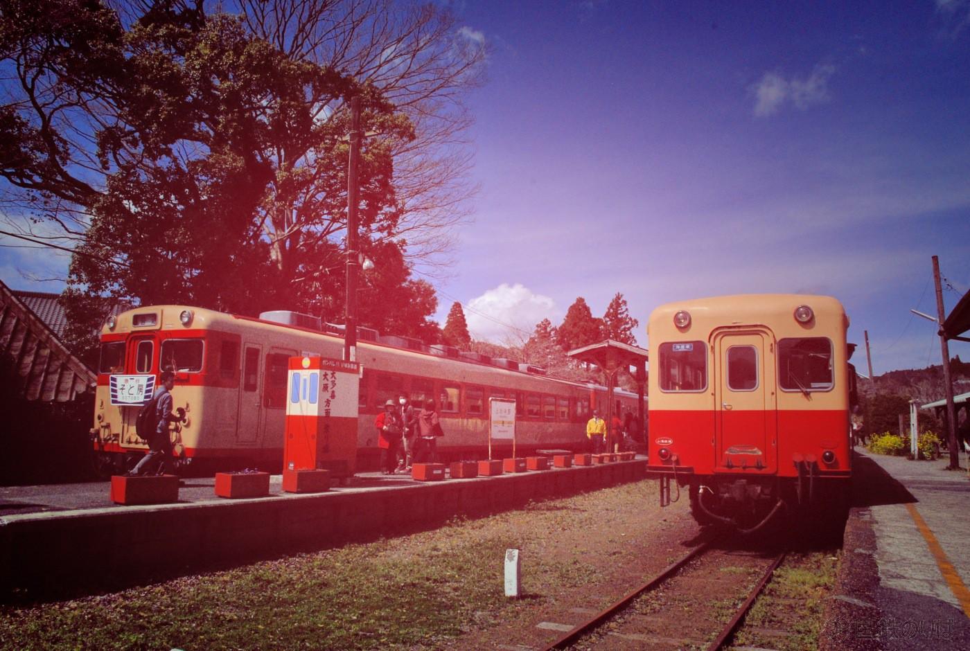 終点上総中野で小湊鉄道のキハ200形と並ぶ。