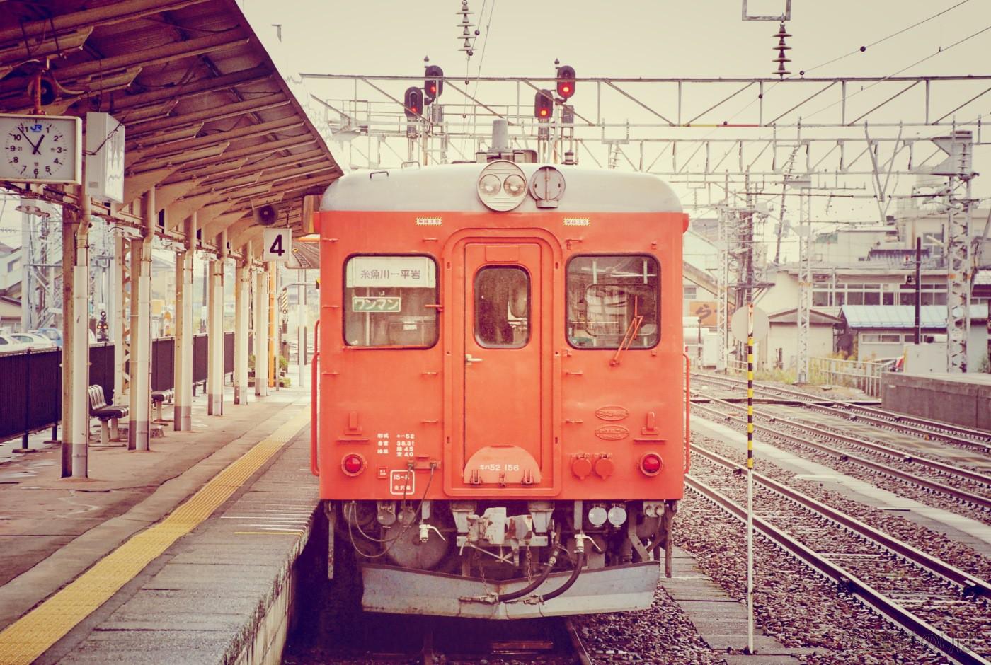 糸魚川駅4番線に停車する平岩行き区間列車のキハ52−156。