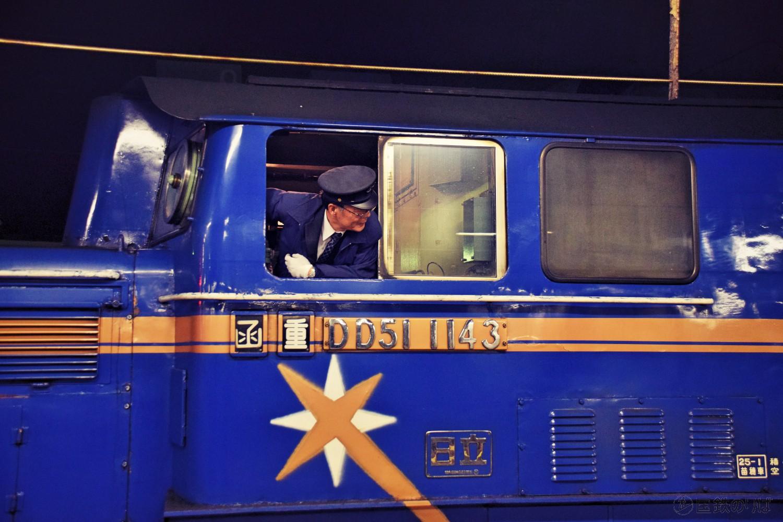客車から切り離されるDD51。機関士さんはベテランに交代していた。