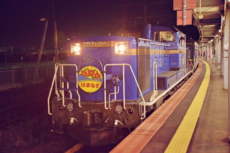 """ここまではまなすをエスコートしてきたDD51とは函館でお別れだ。DD51は""""夜勤""""を終えてねぐらの函館運輸所へと帰る。"""