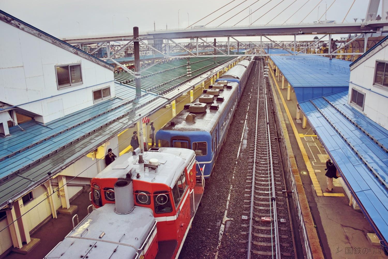 白煙を上げて青森駅を発車する回送列車。