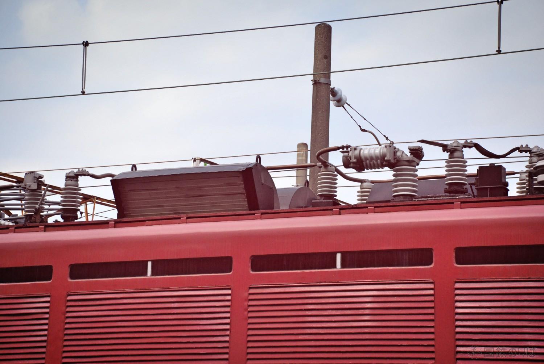 EF80屋根上。巨大な主抵抗器冷却気の排気口が目立つ。