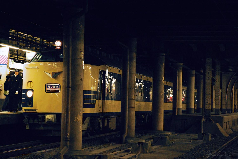 臨時あけぼの81号。やはり583系には、薄暗い上野駅地平ホームが似合う。2012年12月29日。