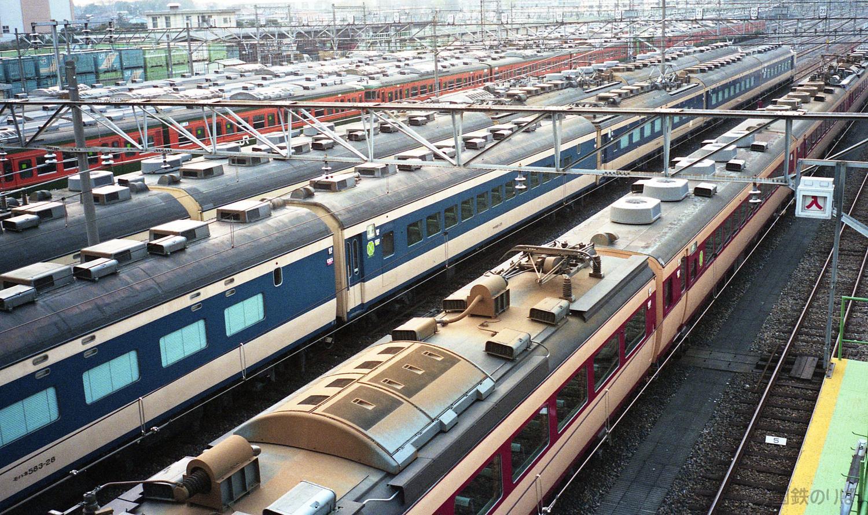 昼下がりの東大宮操車場でヒルネする583系と485系。どれも9連で堂々たる編成だった。1993年3月。