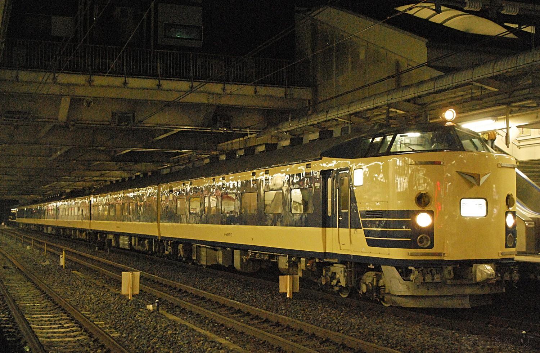 伊東への団臨の返却回送で大宮に停車する583系N1N2編成。2012年2月25日