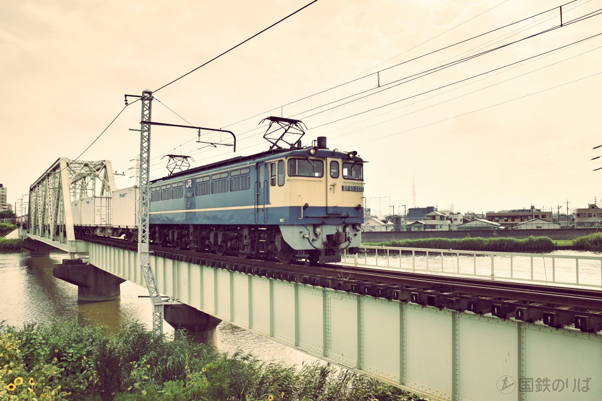 東京スカイツリーをバックに、中川放水路橋梁を渡るEF65-2121
