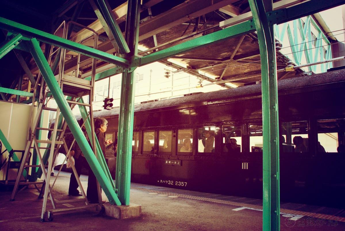 古レールの跨線橋と旧型客車