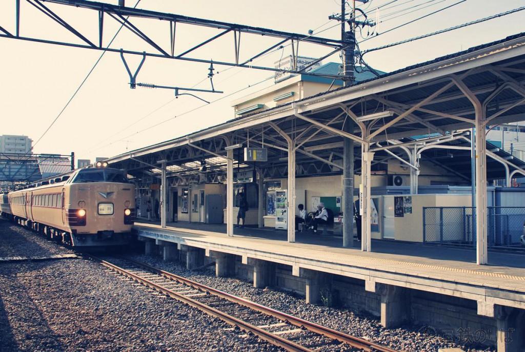足利駅に入線する485系T-18編成