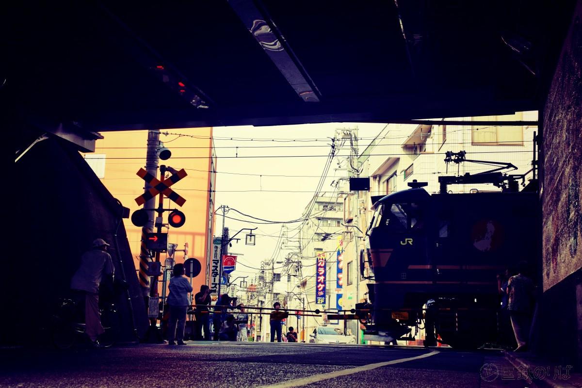 東北回送線・与美東踏切(東京都北区)をゆく推進回送の北斗星(回8057レ)