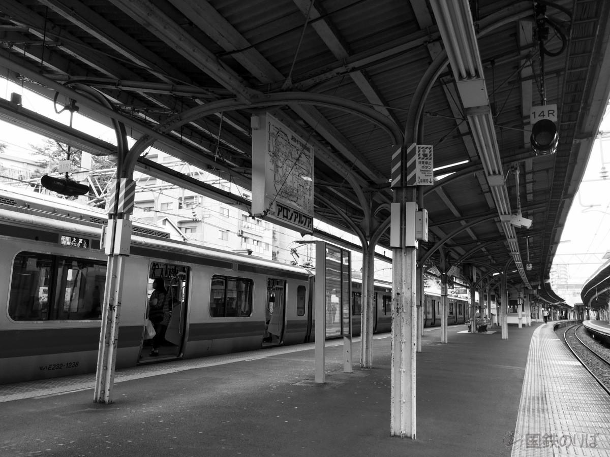 京浜東北線東十条駅の古レール上屋。2本脚部分。