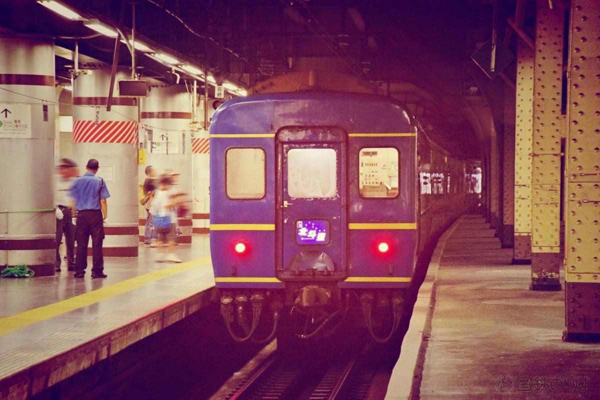 すでに上野駅13番線に据え付けられている北斗星。