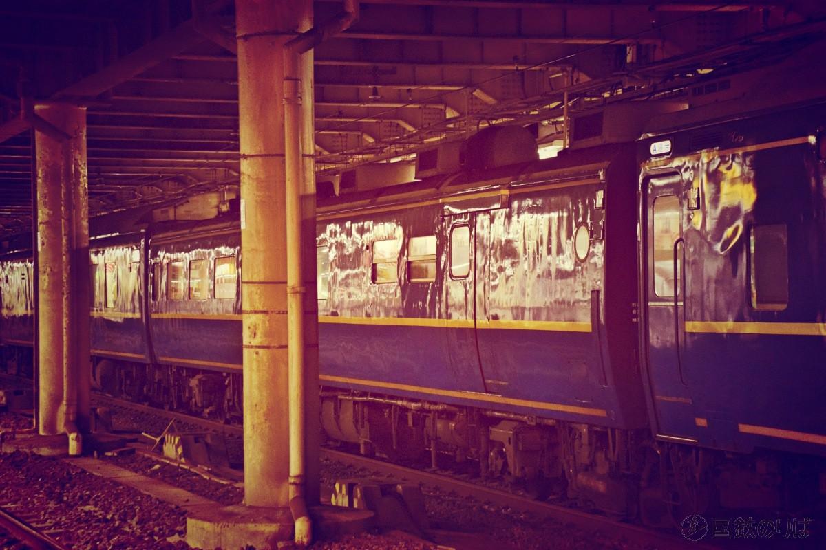 スシ24をもう少し遠方から。外板に、四半世紀に渡って東京と北海道を行き来し続けてきた歴史がにじむ。
