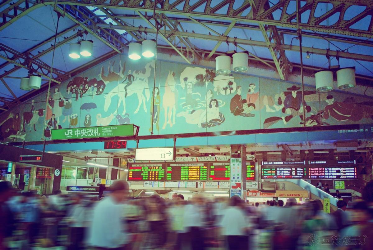 上野駅中央改札。昔に比べれば、大荷物を抱えた乗客は減ってしまったが・・・。