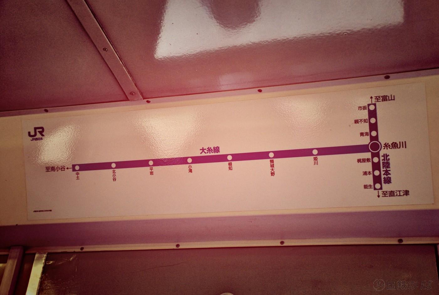 キハ52−125の車内には大糸線の停車駅案内が。