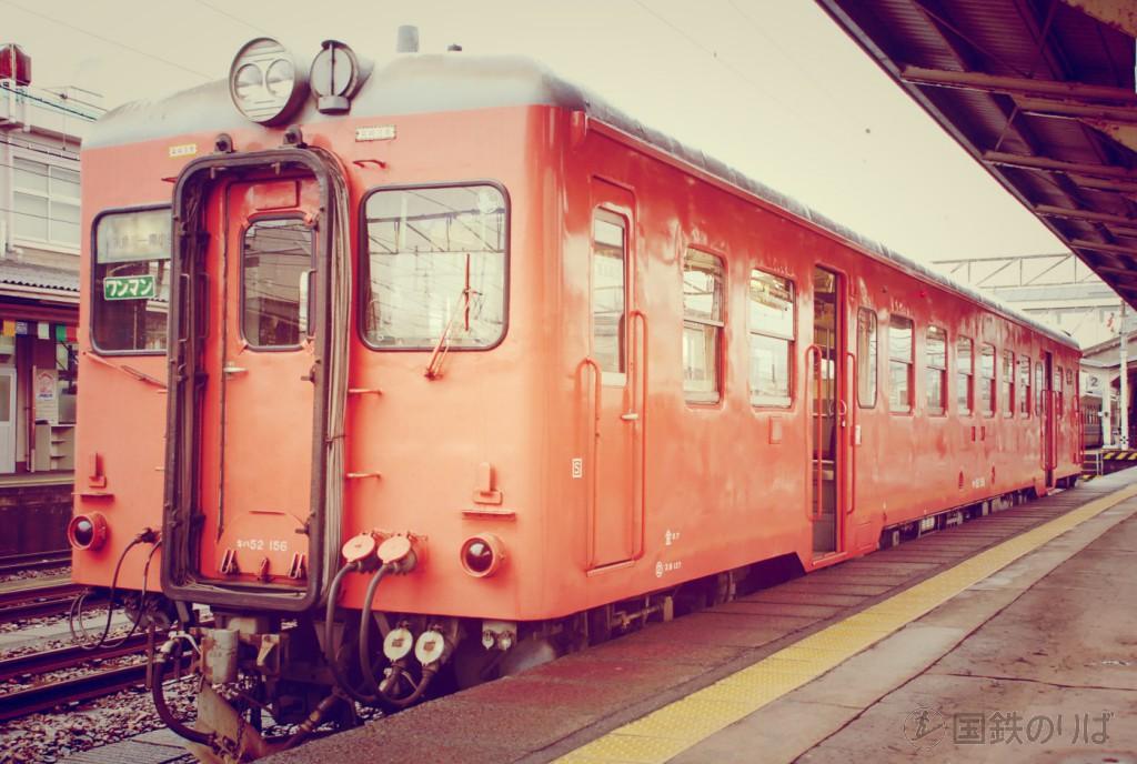 2007年秋、大糸線。国鉄首都圏色のキハ52-156と糸魚川駅