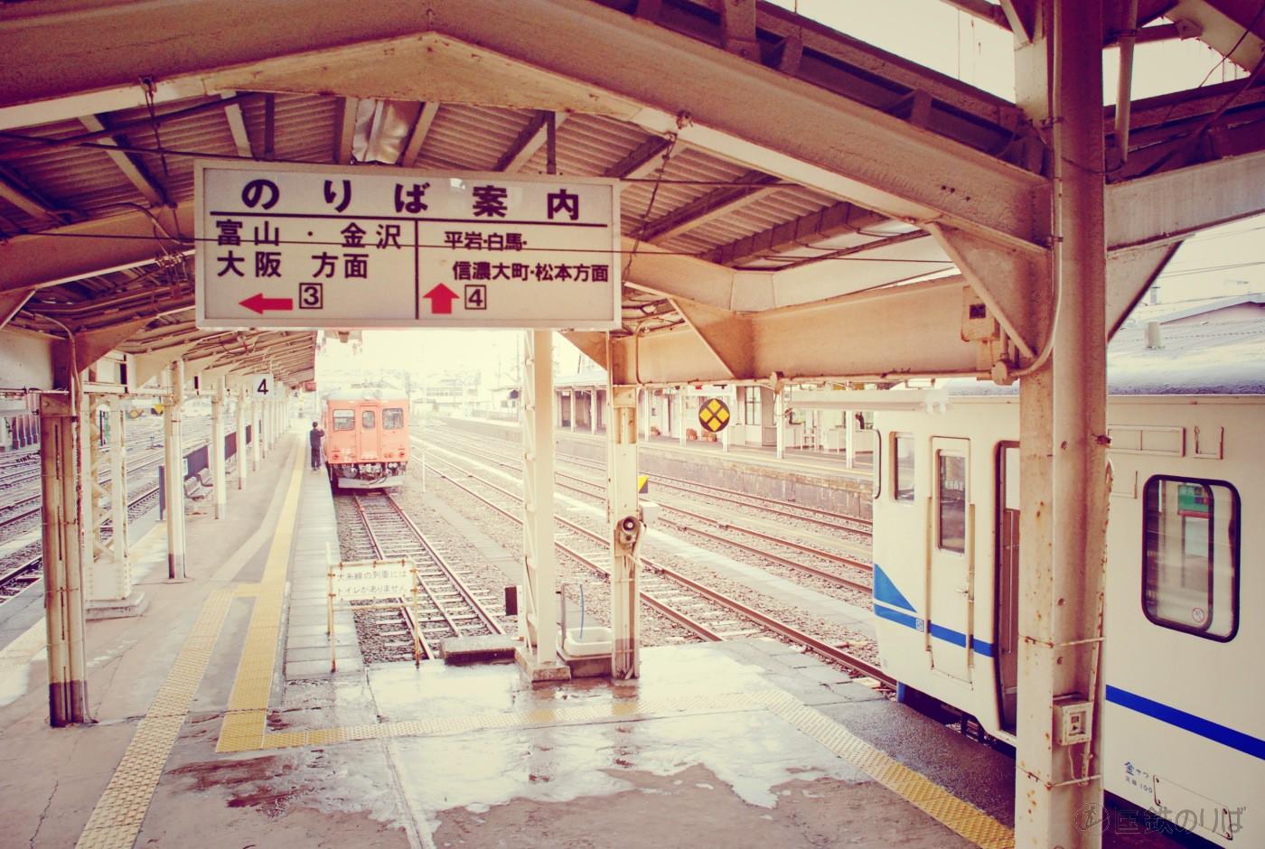 糸魚川駅の大糸線ホーム。白馬・信濃大町・松本方面と書かれているが、直通列車はない。