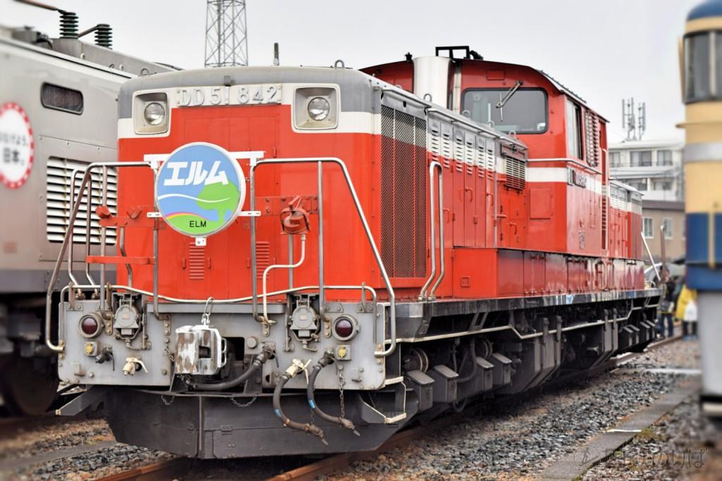 「エルム」のヘッドマークを掲出した国鉄色DD51-842