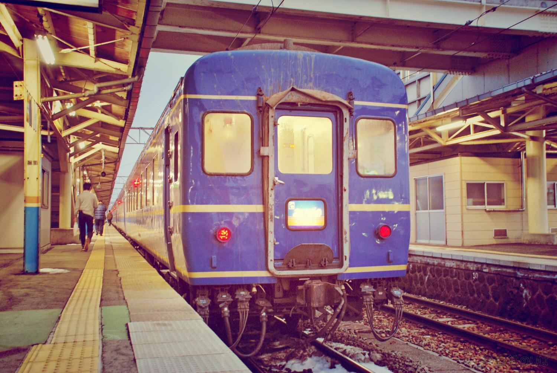 臨時あけぼの、酒田駅に停車中。