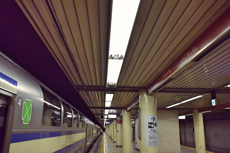線路と平行に設置された美しい駅名標(総武快速線新日本橋駅)