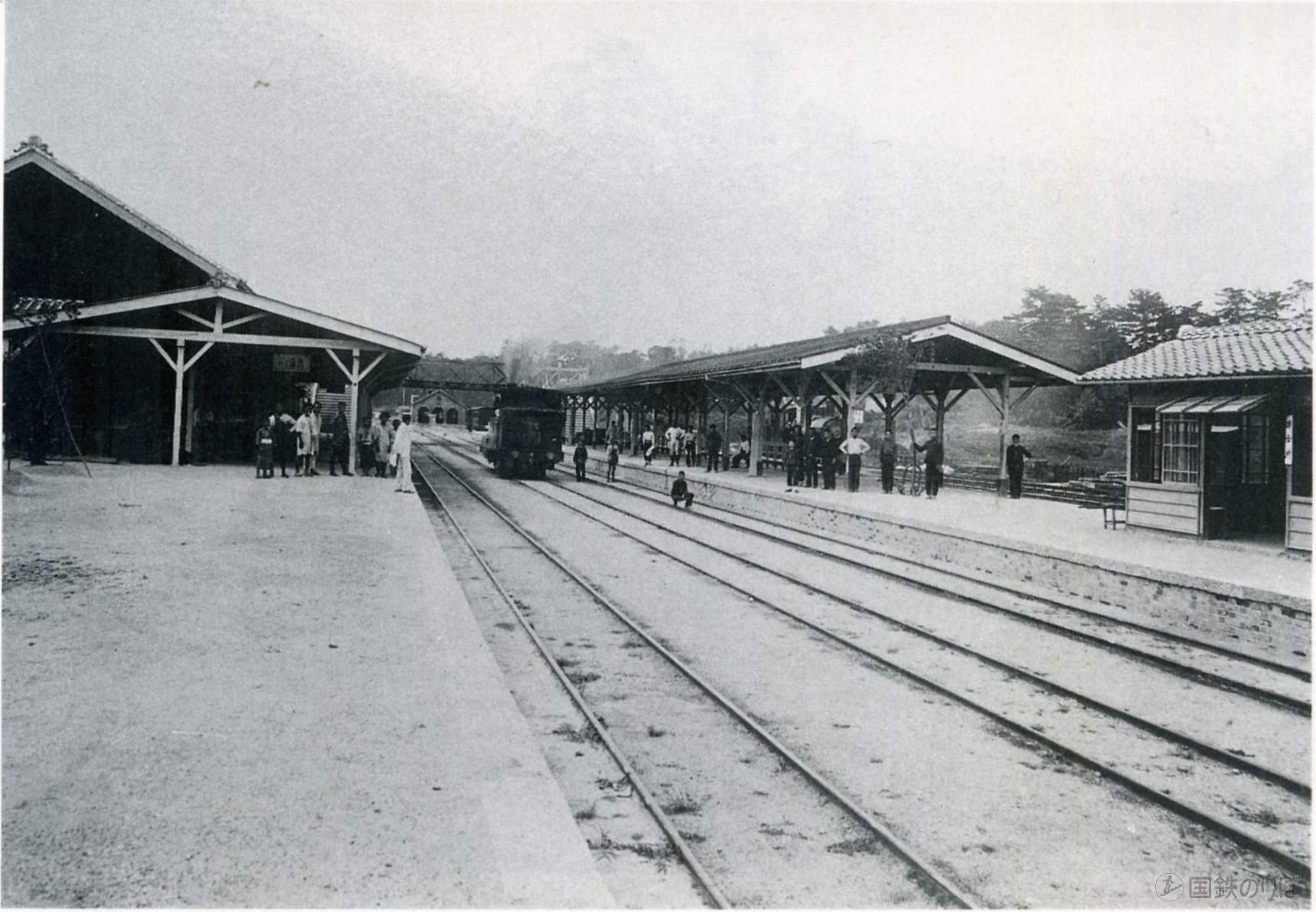 1898年(明治31年)頃・関西鉄道時代の柘植駅。関西参宮鉄道案内記」(明治31年10月8日発行)。写真はパブリックドメイン