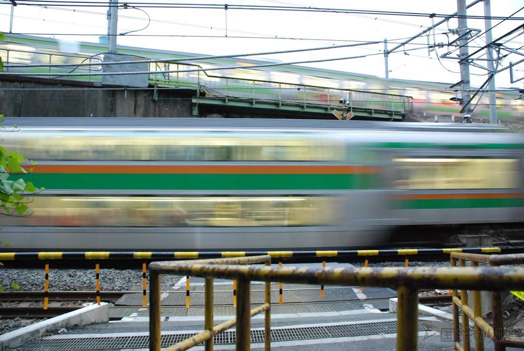 山手貨物線恵比寿ー大崎間の長者丸踏切を通過する湘南新宿ライン