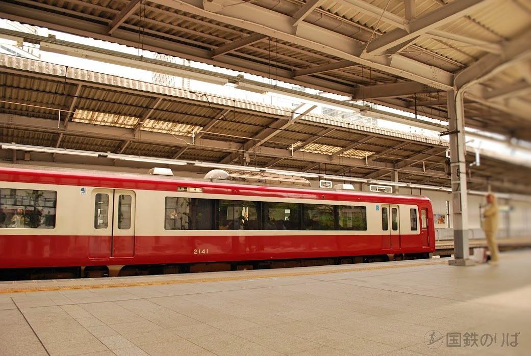 京浜急行の快特も速いが、品川ー横浜間の表定速度で比べると東海道本線の特急より10km/h劣る。